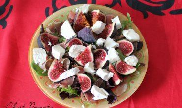 Salade de figues, chèvre, jambon cru et sauce au miel