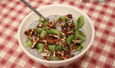 Chia Pudding au sirop d'érable, aux dattes, noix de pécan et kiwi