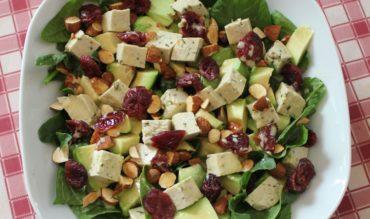 Salade de pousses d'épinard, avocat et tofu aux herbes (végan)
