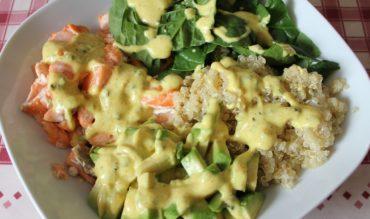 Salade de pousses d'épinard, quinoa, avocat et saumon
