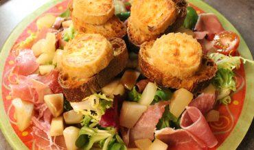 Salade au jambon cru, poire, chèvre chaud et miel