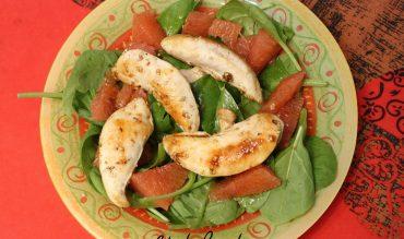 Salade de poulet au sésame, pousses d'épinards et pamplemousse
