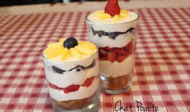 Verrine façon cheesecake au citron, fraises et myrtilles