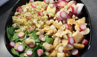 Salade d'endives rouges, épinard, poulet et vinaigrette à l'orange
